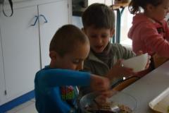 Les CP jouent aux Chocolatiers.